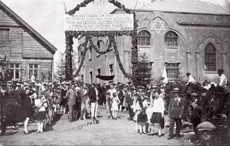 Juifs accueillant le président lituanien Antanas Smetona sous une banderole en lituanien et en hébreu, Švėkšna, années 1930