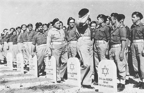 le Général Anders passe en revue une commémoration en l'honneur des soldats juifs tombés lors de bataille de Monte Cassino.