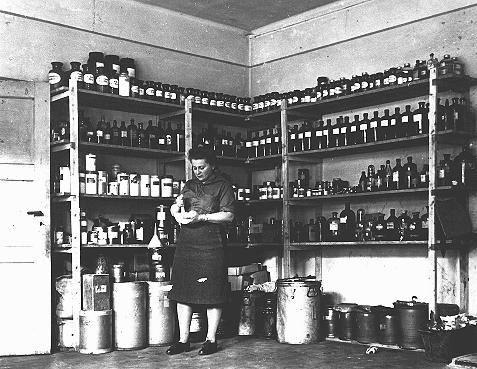 """Pharmacie du """"Joint"""" au camp de personnes déplacées de Bergen-Belsen, 14 août 1947"""
