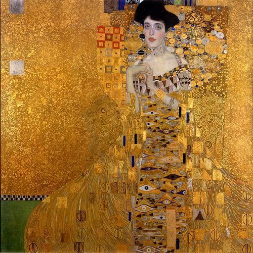 9 août 1881. Naissance d'Adele Bloch-Bauer, la dame en or.  En se familiarisant avec Adele Bloch-Bauer, une riche héritière de la haute-bourgeoisie juive viennoise et hôtesse d'un célèbre salon au début du XXe siècle, on comprend pourquoi l'art et la vie semblaient se confondre à ses yeux. Elle fut éternisée par le célèbre artiste autrichien Gustav Klimt dans deux majestueux portraits (1907 et 1912), et peut-être aussi dans une allégorie de l'héroïne juive Judith (1901), exposée dans la Galerie du Belvédère de Vienne. Les trois tableaux sont des témoins historiques de l'importance du mécénat juif à l'époque dorée de Vienne.  Adele Bloch-Bauer naquit à Vienne le 9 août 1881, fille cadette des sept enfants du banquier Moritz Bauer et de Jeannette Bauer née Honig. Son père était directeur général de l'influente association bancaire viennoise et président de la Compagnie ferroviaire de l'Orient dont le fameux Orient-Express reliait Berlin à Istambul.  A l'âge de quinze ans, son monde protégé fut secoué par la mort prématurée de son frère bien-aimé Karl. Vraisemblablement, c'est le traumatisme de sa mort qui la mena à prendre ses distances avec la religion.  Privée de la possibilité d'étudier - le savoir était l'apanage exclusif des hommes - et de se sentant malheureuse chez ses parents, Adèle se maria relativement jeune. Le 19 décembre 1899, elle épousa l'industriel Ferdinand Bloch, de dix-sept ans son aîné. Son mariage faisait suite au mariage de sa soeur Thérèse avec le frère de Ferdinand, le Dr Gustav Bloch. Adèle et Ferdinand n'eurent pas d'enfants. En 1917, les deux couples ajoutèrent leur nom de jeune fille à leur nom de famille: Bloch-Bauer.  Adele Bloch-Bauer faisait l'effet d'un mélange raffiné de personnages romantiques: malade et fragile d'un côté, maîtresse de salon affirmée et fière de l'autre. Peut-être, en effet, trouva-t-elle son rôle dans les modèles de la littérature romantique. Elle étudia, seule, les littératures classiques allemande, française et an